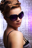 Young stylish woman wearing sunglasses — Stok fotoğraf