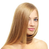 Hübsches mädchen mit langen haaren, die isoliert auf weiss — Stockfoto