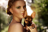 Retrato de uma menina bonita com pinscher miniatura — Foto Stock