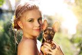 Portret pięknej dziewczyny z pinczer miniaturowy — Zdjęcie stockowe