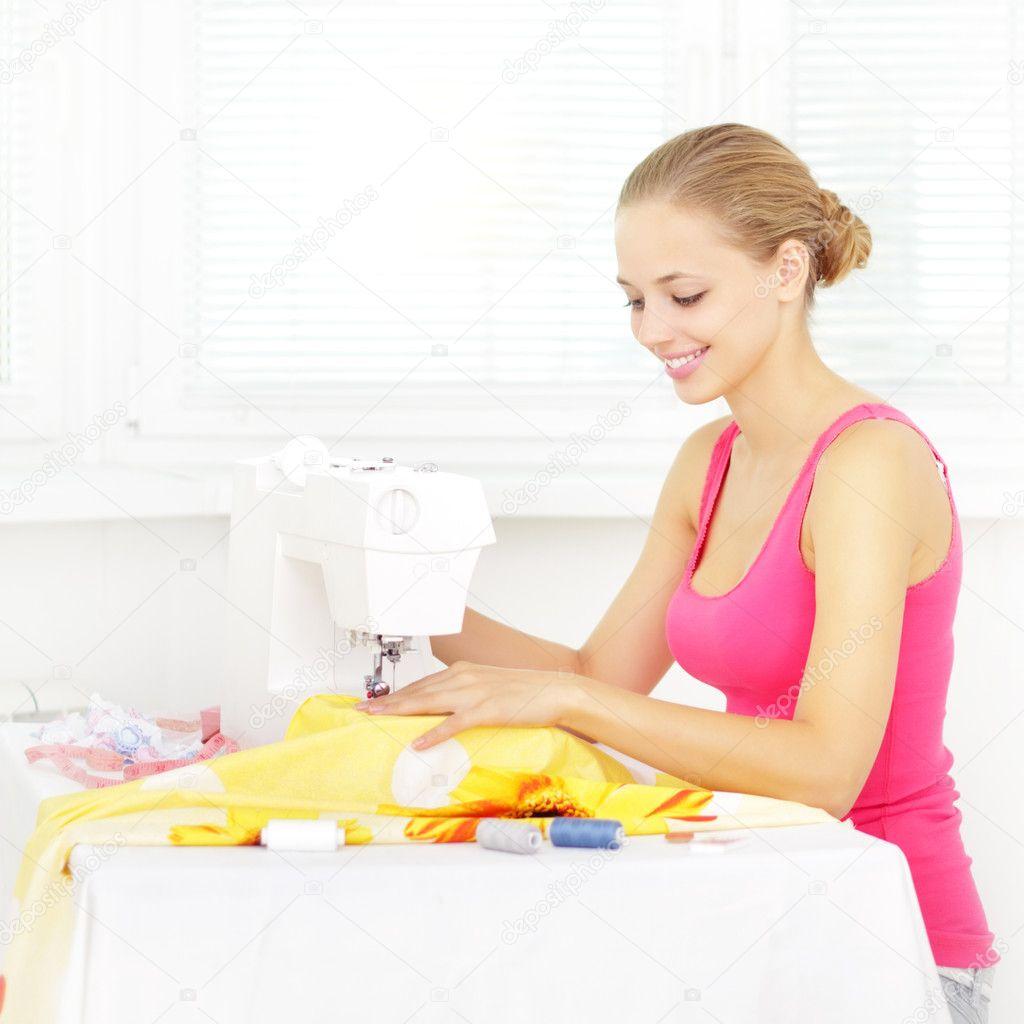 Mädchen Kleidung nähen mit Nähmaschine — Stockfoto #6638552 -> Nähmaschine Blockiert