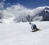 Snowboarder descends a slope — Stock Photo