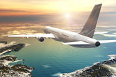 Scenic airliner flight in sunset — Stock Photo