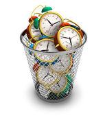 Het verspillen van tijd concept: wekkers in de prullenbak — Stockfoto