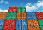 Contenedores de carga en color apiladas sobre el cielo azul — Foto de Stock