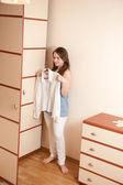 Ung flicka nära garderob — Stockfoto