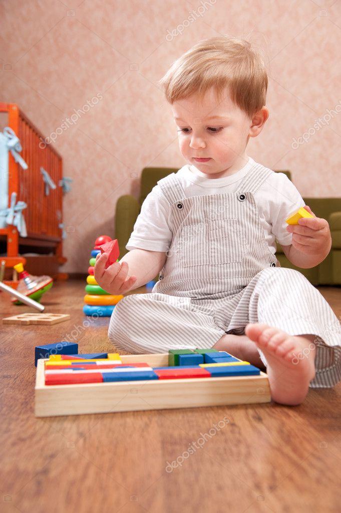 小男孩玩玩具积木 — 照片作者 petrograd99