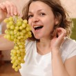 Foto Stock: Pregnant woman with grapes