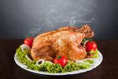 вкусный жареный цыпленок с красные помидоры и зеленый салат — Стоковое фото