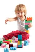 積み木で遊ぶかわいい男の子 — ストック写真