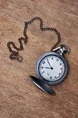 Stary zegarek kieszonkowy na drewniane tła — Zdjęcie stockowe