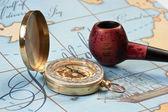 烟草管和指南针在地图上 — 图库照片