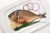 Soğan kızarmış balık yemek — Stok fotoğraf