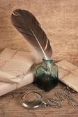 信和羽毛笔在墨水池 — 图库照片