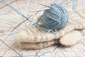 Ball of yarn and mittens — Stock Photo