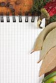 烹饪食谱和香料的笔记本 — 图库照片