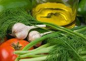 Une bouteille d'huile et de légumes — Photo