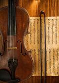 Violin och fiddlestick på not — Stockfoto