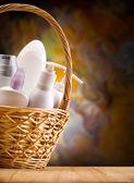 柳条篮中的护肤项目 — 图库照片