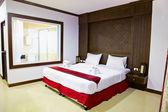 Interior de una habitación en hotel. cama grande. — Foto de Stock