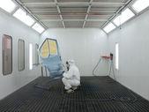 Peintre travaille dans une cabine de pulvérisation — Photo
