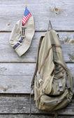 Khaki hatt, ryggsäck och oss flagga — Stockfoto