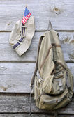 Хаки шляпу, рюкзак и нас флаг — Стоковое фото