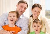 İki çocuklu mutlu aileler — Stok fotoğraf