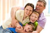 玩的年轻家庭乐趣 — 图库照片