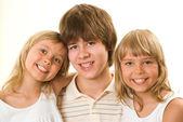 Nastolatek z siostrami — Zdjęcie stockowe