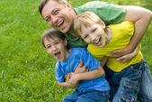 Babam küçük çocuklarla oynuyor — Stok fotoğraf