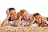 Młoda mama z dwójką dzieci — Zdjęcie stockowe