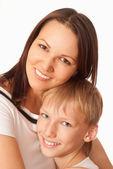 Mère tenant son fils souriant — Photo