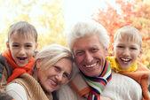 Familia de cuatro en un parque — Foto de Stock