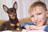 Miły chłopiec bawi się z psem — Zdjęcie stockowe