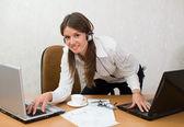 Chica lista rápida en el escritorio de oficina con computadoras portátiles — Foto de Stock