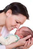 Lächelnd mutter neugeborenes holding — Stockfoto