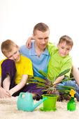 Vader en kinderen op het tapijt — Stockfoto