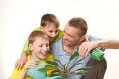 Far och barn vattning blomma — Stockfoto