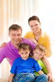 Rodzice z dwójką dzieci — Zdjęcie stockowe