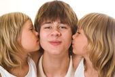 Teenager se svými sestrami — Stock fotografie