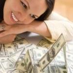 vacker ung kvinna med pengar — Stockfoto #5512019