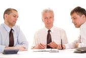 Zakenmensen werken aan een tafel — Stockfoto