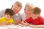 Pareja de ancianos con sus nietos — Foto de Stock
