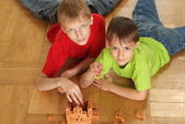Brothers are building on the floor — Стоковое фото