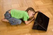 мальчик, вглядываясь в ноутбук — Стоковое фото