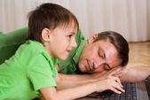 Pai dorme com seu filho — Fotografia Stock