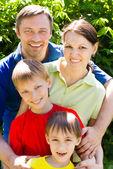 Mutlu bir aile yapısı üzerinde — Stok fotoğraf
