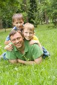 Père avec de jeunes enfants — Photo