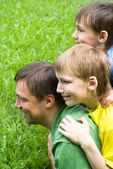 Vader speelt met kinderen — Stockfoto